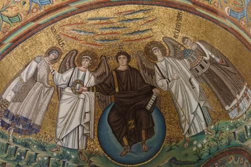 正面のキリスト。まだ若々しく、座っているのは天国を現す紫色の球「創造」だそうです。<br /><br />左手には7つの印綬のついた。棒状のものを持ち、両脇には天使が。<br />また、向かって左側のサン・ヴィターレに王冠を差し出しているのです。<br />向かって右側は、この教会建築を推進したエクレシウス司教が「キリストの教会」の模型を持っているのです。<br /><br />また、背景には、天国の川が流れ、雲がたなびき、美しい花が咲いている様子が描かれています。