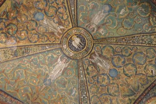 中央のドーム部分です。<br /><br />真ん中に後光の刺した神秘的な仔羊がいますが、その周りを4人の天使が支えている構図になっています。<br /><br />模様で埋め尽くされているこの空間、ビザンチンの影響を受けているとのことですが、確かにそんな気がします。<br /><br />それにしても色合いが非常に美しいので、西暦526から20年ほどかけて完成したとしても1500年ほど前になるのですが、とてもそんなには見えません。<br /><br />日本に帰って来て撮りだめしてあったビデオを見たのですが、ソニーの世界遺産の番組中、開始直後の万華鏡のような模様の中にこの天井が使われていることに気がつきました。今まではスルーしていたのに、実物を見るとはっと気がつくものです。
