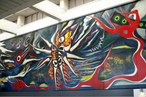 京王井の頭線ホームへ向かう途中にあった岡本太郎作の壁画<br /><br />爆発してますね(笑)<br /><br />