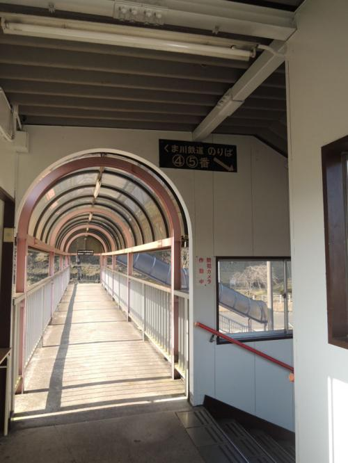くま川鉄道に続く階段を下りて行く。