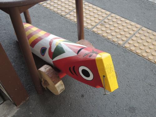 人吉駅のホームにこいのぼりのようなものがあった。こいのぼりではなく、きじ馬という伝統工芸なのだそうだ。