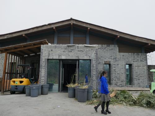 やつはここから出て来るらしい。名前はxian xian、性別♀、1歳半。<br />この建物はパンダ病院の一角です。<br />(よくよく見ると、この写真ちょっとミステリー。彼女の足が3本になっちゃった。カメラのミスですね(^_^;))