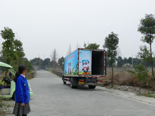 さらにこのトラックはタオタオが臥龍から栗子坪に野放化されるときに乗せられていたトラック! しかもあの時と同じく扉が半開き!<br />聞いてみると、この前日3匹のパンダが韓国だか台湾だかに移送されたそうです。