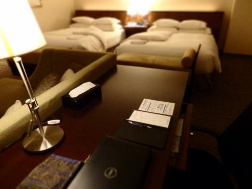 ■□■□■シェラトン都ホテル・大阪<br />□■□■□18階<br />■□■□■プレミアスィート<br /><br />ワーキングデスクも広いんで、仕事はかどっちゃう〜(なんちゃって…)