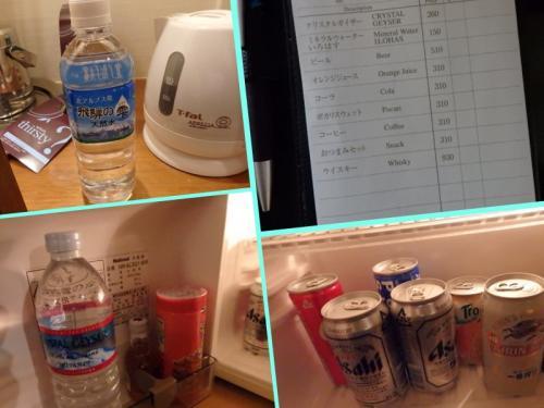■□■□■シェラトン都ホテル・大阪<br />□■□■□18階<br />■□■□■プレミアスィート<br /><br />最近のココの滞在は、「ミニバー無料プラン」をポチッとしてます。<br />クラブラウンジの開いてる時間が短いんで、夜や朝ちょっとのどが渇いたときに重宝します。ご覧の通り、そんなに詰めて置いてるわけじゃないので、全部飲めますYO。<br /><br />って、奥さんなら飲めなくったってお持ち帰りしちゃうよね〜(^O^)/