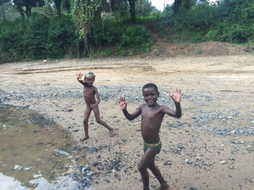 部族の村から離れ、ジンカへ戻る途中。<br />こっちの子供達の方がすれて無くて無邪気!