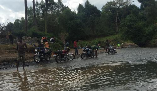 でも同じ川で子供は水浴びして大人はバイクを洗うのはいかがなものかと・・・