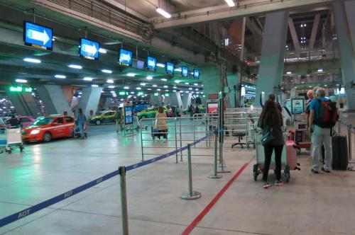 到着が深夜だったためか、入国審査もスムーズでした。<br />タクシーも空いています。<br /><br />空港からアソークのホテル(フォーポイント)まで40分弱。<br />空港費(50B)高速代(25B+50B)を含めて400B程度でした。<br />