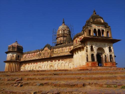郊外1kmにあるラクシュミー・ナーラーヤン寺院。