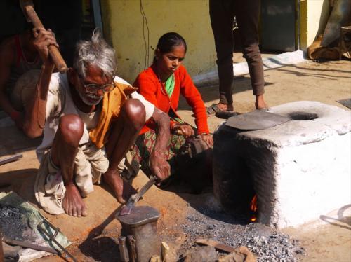 村の鍛冶屋さんは家族で共同作業。