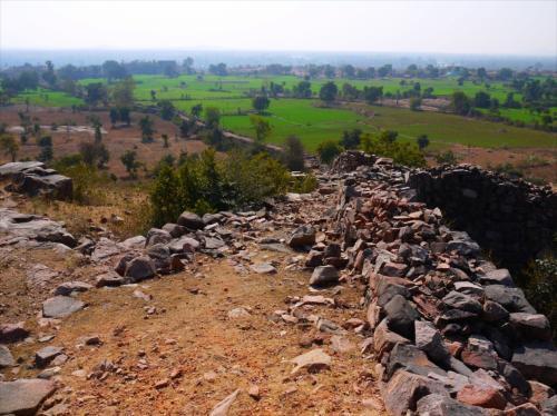 そこから城壁が連なっているインドでよく見る風景。