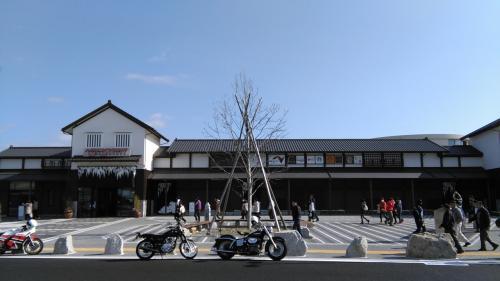 新東名neopasa岡崎、セブンイレブンでワンコインコーヒーを買いにいくとすごい人、がんばってなんとか購入
