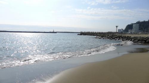朝食を食べにジョナサンまでビーチを散歩<br />
