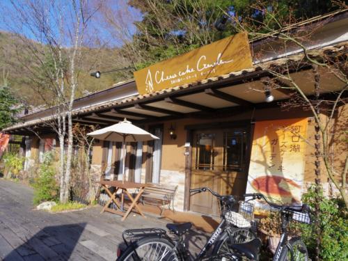 河口湖チーズケーキガーデンで休憩。狭いけどイートインスペースがあり、イートインは無料でコーヒーがつく。 <br /><br />http://tabelog.com/yamanashi/A1903/A190303/19004050/