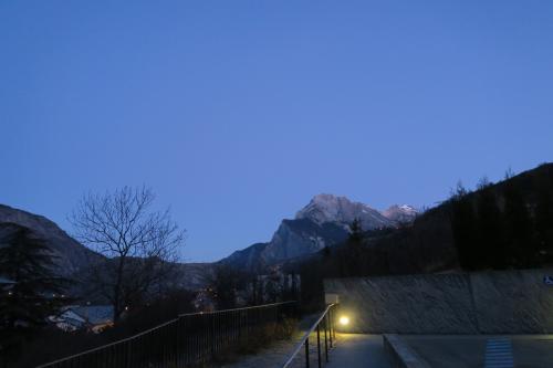 サン・ミッシェル・ド・モリエンヌの宿(Hôtel Le Marintan)から出発!<br /><br />海外においても日本人スキーヤーの朝は早いが、フランス人(リヨンから来たと言っていた。)も負けずに早かった!<br /><br />※彼らはヴァルトランスへ行くと言っていたので、激混みの情報をアドバイス!!<br />