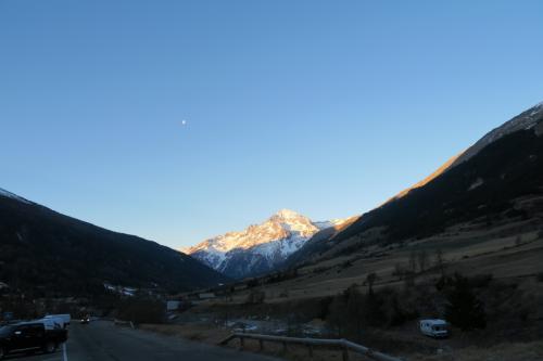 ドライブする事、約1時間。<br />ヴァルセニ(Val Cenis)スキー場へ到着! 月と雪山が見える!!