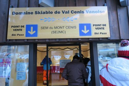 スキー場は9:00オープンで、5分前にリフト券売り場がオープンしました。<br /><br />ここはスキーセンターになる訳ですが、トイレは男女兼用、しかも激汚、し、しかも便座なし! 男はまぁ・・・女性はどうしているのだろう???