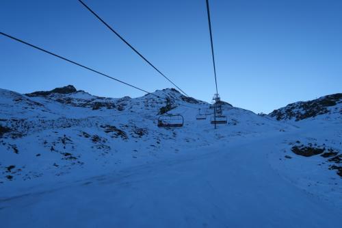 80cmの積雪というものの、全体的雪が無い。コース上に小石が見てとれるのが恐ろしい〜