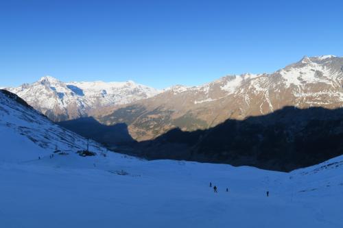 Familiale コース(初級)を滑ります。どうやら少ない雪を寄せて寄せてでなんとか、初級コースだけでもオープンさせているみたいです。 あぁ〜(涙)