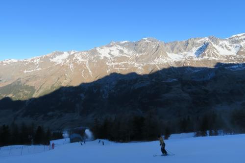 雪質はカリカリで、ときより小石でガリッとなります。 スキーの板裏が心配。