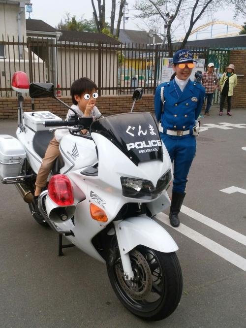 開園時間も近くなったので門の前に移動すると群馬県警が白バイとパトカーを公開してました。<br /><br />ピントは交通機動隊の婦警さんでは有りませんw<br /><br /><br />追われる身にならないよう安全運転で帰ります。<br /><br />