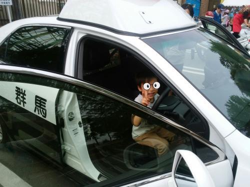 パトカーにも乗車。<br /><br /><br />乗るのは前の席だけにして欲しいものです。