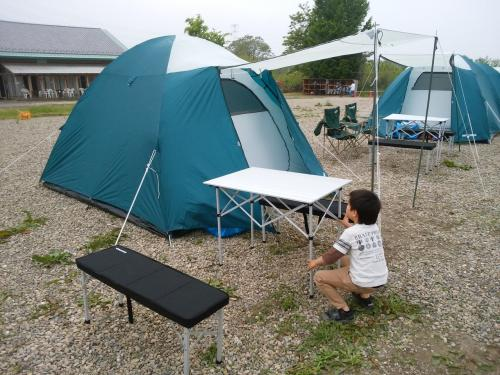 テントの上にフライシートをつけ、テーブルセットを出して完成!<br /><br />風雨が予想されているのでペグやロープの張り具合をしっかり確認!<br /><br />