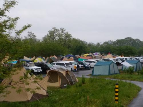 周りを探検すると土手のむこうは自前のキャンパー達が所狭しとテントを張っています。<br /><br />かなり大型のテントもありました。<br />何人がかりで張ったのかは不明です。<br /><br />かっこいいなぁ。