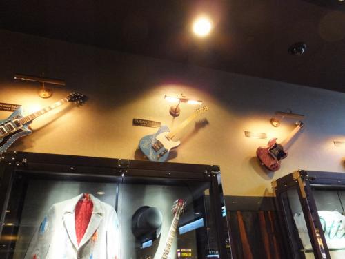 デュラン・デュランのサイン入りギター。