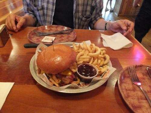 フーターズホテルによって、ハンバーガーの昼食。<br />一つを二人でシェアしてちょうどの量です。<br />