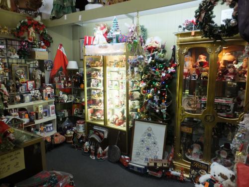 ショップの中はいくつかの部屋に分かれていたりして、<br />こちらはクリスマスグッズのコーナー。