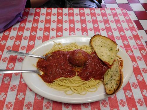 食べたのは日替わりのスパゲッティーでした。<br />これも、一人前を二人でシェア。