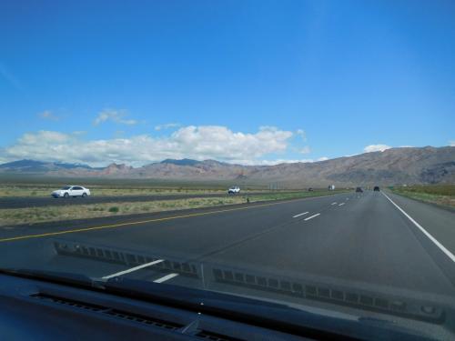 アンテローブキャニオンに向けてドライブです。<br />フリーウエイでラスベガスから脱出です。