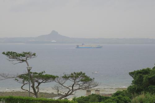 遠くの島影は伊江島です。
