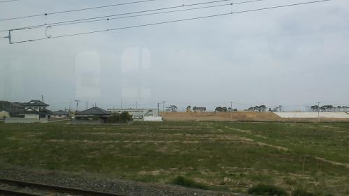 広野町を後にしました。景色は広野駅を発車してすぐの景色(海側)です。<br />