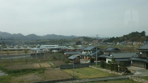 一見のどかな風景ですが、奥には仮設住宅らしき建物が見えました。<br />