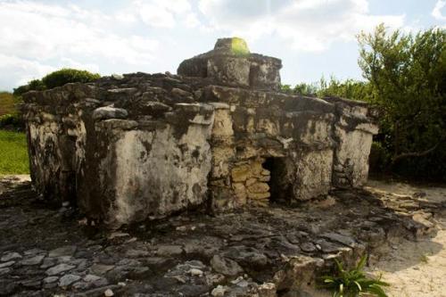 そして、コスメル島の歴史を学ぶマヤ遺跡。<br /><br />このマヤの時代の灯台は、様々な仕掛けが施された文明の英知が詰まった建造物です。<br /><br />店長、マヤ遺跡については数多く見分して来ていますが、このポスト・クラシックの時代のマヤ建造物は、初めてみる機構などが秘められていました。<br /><br />なんといっても、気圧の変化でハリケーン等を予測するなんて、、、すごくないですか?!<br /><br />これは必見です。