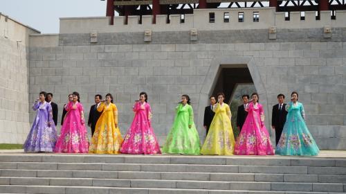 1日目 平壌<br />この日は5/1のメーデー日でした。<br />朝鮮ではメーデー日は家族や、友人とピクニックに出かけるのが定番<br />平壌市内では野外コンサートや場外カラオケ大会などで盛り上がっていました。<br />写真は大城山遊園地で行われてたコンサートの様子