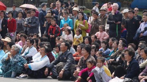 1日目 平壌<br />コンサートに眺める平壌市民と観光客