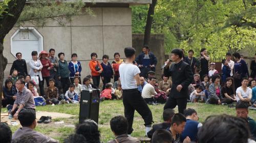 こちらは野外でカラオケ合戦が始まってました。<br />おい!朝鮮!なかなか楽しい国じゃねーか!