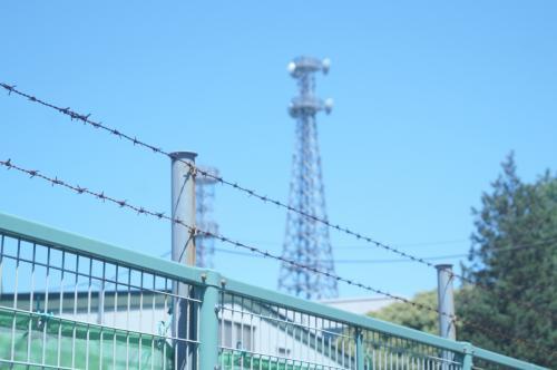 金網と有刺鉄線の向こうに電波塔<br />らしき建物が見えてきた。<br /><br />しかし、今も使用中のような感じ<br />だから、これは空自の施設かもし<br />れない。