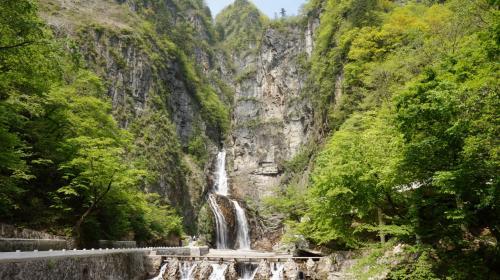 2日目 元山⇒咸興<br /><br />新坪休憩所を出発後、次に立ち寄ったのが<br />ウルリムの滝です。<br />この滝は2001年に偶然発見されたそうです。<br />