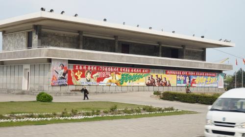 2日目 元山⇒咸興<br /><br />咸興市内に到着<br />ご存知の通りこの時は朝鮮労働党大会が控えてる時期です。<br />街のあらゆる所に70日戦闘のポスターがあります。<br /><br />