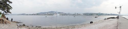 3日目 咸興⇒元山⇒平壌<br /><br />元山市内は結構お気に入りの場所なので、<br />パノラマ撮影しました。<br />海沿いでは元山市民たちが魚釣りをしたり<br />貝類を獲ってました。<br />