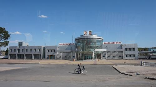 4日目 平壌⇒沙里院⇒開城<br /><br />あまり知られてませんが、これが開城の駅です。<br />超スケルトンです。<br />