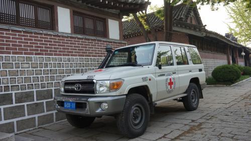 4日目 平壌⇒沙里院⇒開城<br /><br />開城の民族旅館に泊まりましたが、<br />それよりも気になったのが、この車。<br />おい!TOYOTAの名車ランドクルーザーだ!<br />やっぱり日本の車は世界から人気があるようです。<br />TOYOTA自動車の社長!よかったですね!