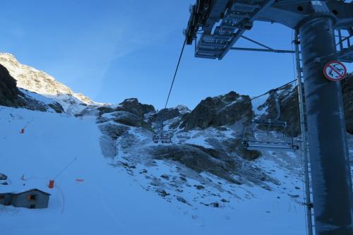 オヘルサイドからバルトランへ登ります!朝は日陰なので寒いですねー!