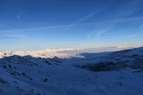 Rosaelリフトで Col de Rosael 3,000m地点に来ました。<br />サン=ジャン= ド=ベルヴィル (Saint-Jean-de-Belleville)やムーチィエ(Moutiers)方面には雲海がかかっています。