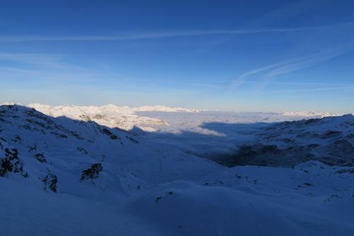 コースから外れてオフピステを楽しんでいます。わずかながらの新雪が楽しい〜