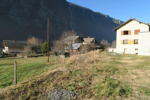 架線柱やレールは途中の村でなくなります。